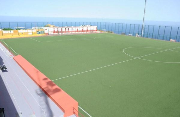 Las obras de los vestuarios en el campo de fútbol de Barranco Hondo están sujetas a una causa judicial. / S.M.