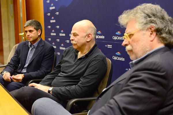 Castellano (i), Caparrós (c) y Estefanía atienden a los medios en el Foro Enciende La Tierra. / SERGIO MÉNDEZ