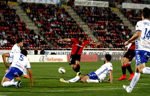 La derrota en Mallorca deja a los tinerfeños en una delicada coyuntura a falta de siete partidos. / T. SHIMADA