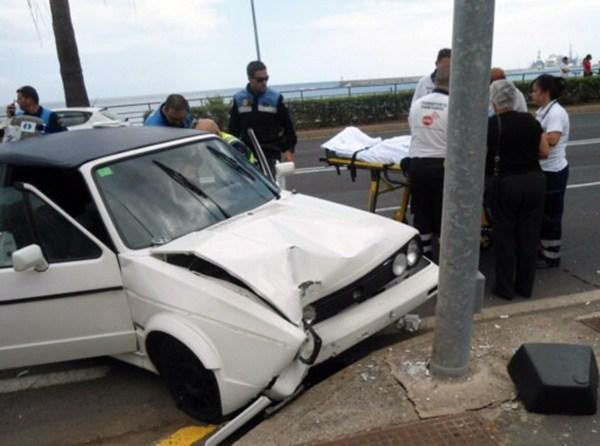Así quedó el Golf Cabrio tras el impacto contra el poste de luz. / L. J.