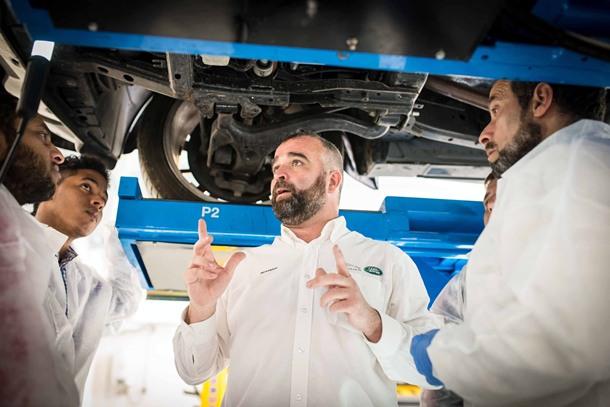 taller automovil Cursos Cruz Roja Española junto a Land Rover España