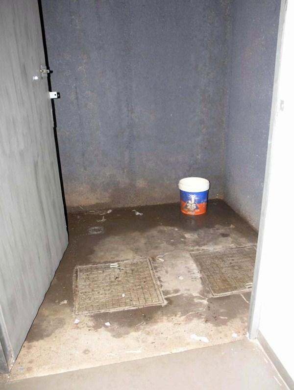El mal sellado de una arqueta de aguas negras puede ser el origen de los malos olores del archivo. / DA