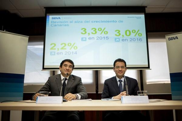 El director territorial de BBVA, Javier Linares, junto al economista jefe de la entidad, Miguel Cardoso. / AG