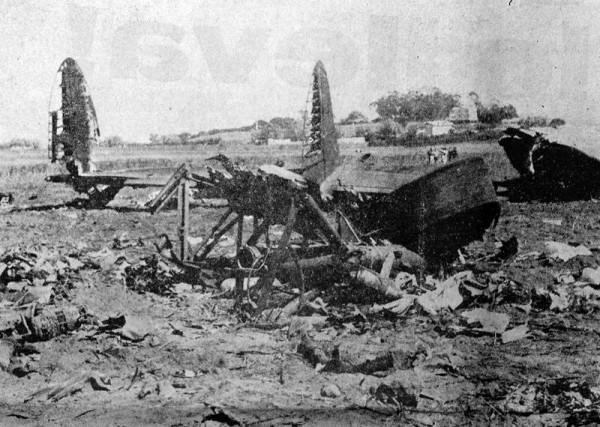 El avión se deshizo en múltiples pedazos y ardió, tal y como se aprecia en la fotografía del accidente publicada en el periódico La Tarde. | DA