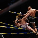 Elam lanza fuera del ring con una rodilla voladora a Amancio Paraschiv. | FRAN PALLERO