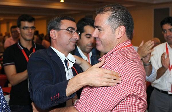 Manuel Fumero es felicitado por Javier Abreu tras ser elegido en el congreso insular de 2012. / SERGIO MÉNDEZ