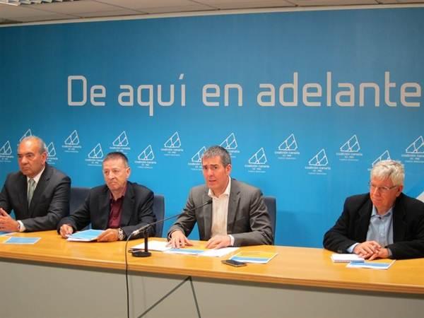 Fernando Clavijo, acompañado de algunos de los expertos que colaboran con el programa electoral de CC. | DA