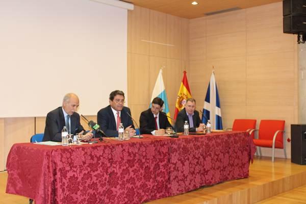 Fernando Talavera, a la izquierda, durante la inauguración del congreso en Zona Joven de Punta Larga. | DA