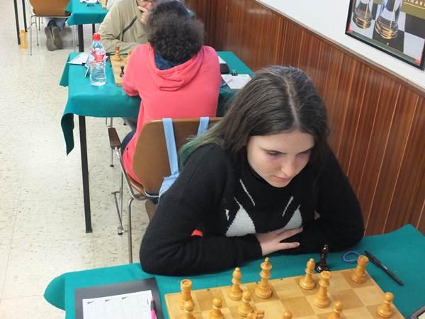 Guniaeva, ayer en pleno juego.; justo detrás, su compañera Adhara. | J. L. F.