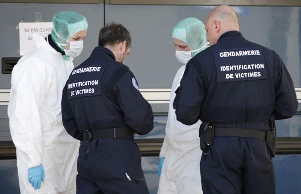 Investigadores franceses encargados de la identificación de cadáveres. | REUTERS
