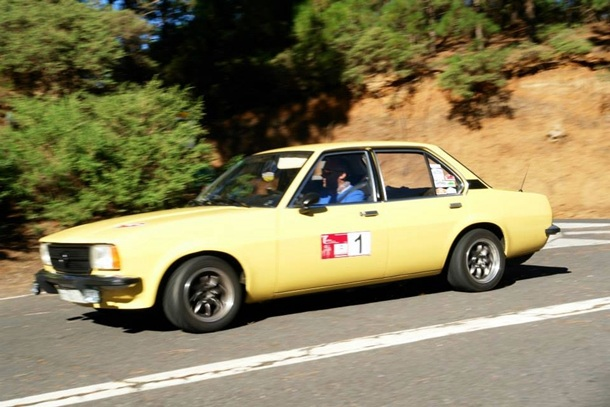 El equipo del Opel Ascona,José Alejandro Mora y Roberto Febles logró el triunfo este fin de semana. / DA