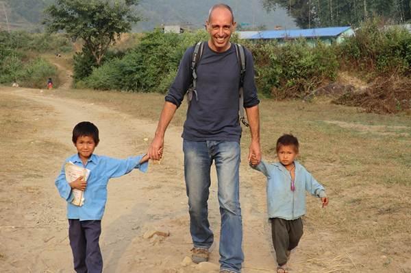 José María Díaz lleva más de una década luchando por la escolarización de los menores nepalíes.   J. M. D.