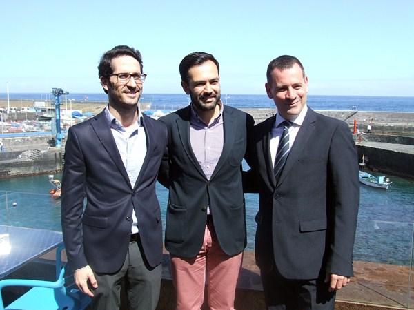 Lope Afonso, junto a Ángel Montañés (izq.) y Pedro González (dcha.), ayer durante su presentación. / DA