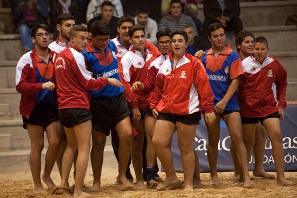 Los luchadores del conjunto arafero celebran el título tras derrotar al Rosario. / FRAN PALLERO