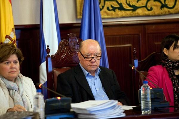 Macario Benítez presidió ayer su último pleno ordinario (quedan dos extraordinarios) como alcalde. / F.PALLERO