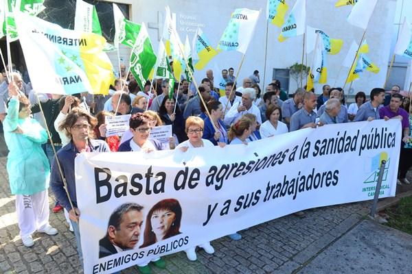 Trabajadores y pacientes se concentraron en la puerta del HUC. / SERGIO MÉNDEZ