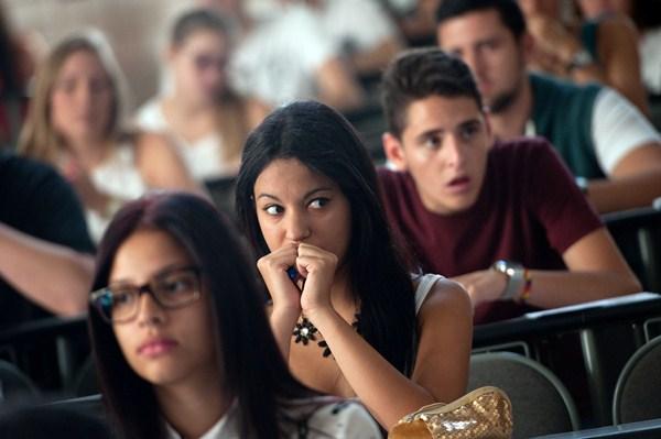 Hace años que hay más mujeres estudiando que hombres; además, tienen mejor rendimiento académico. / DA