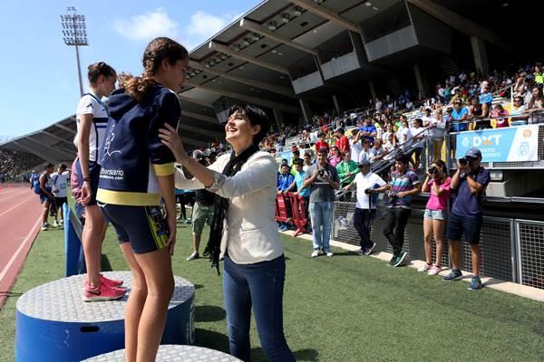 María del Cristo Pérez le entrega una medalla a una de las atletas ganadoras. | DA