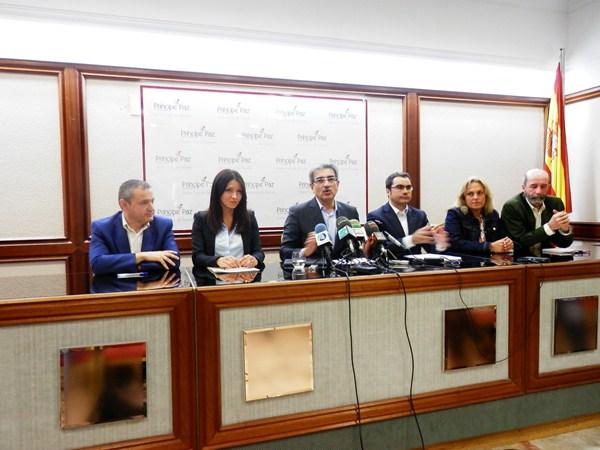 El líder de NC, Román Rodríguez, junto a otros candidatos en Tenerife, ayer, durante la rueda de prensa. / DA