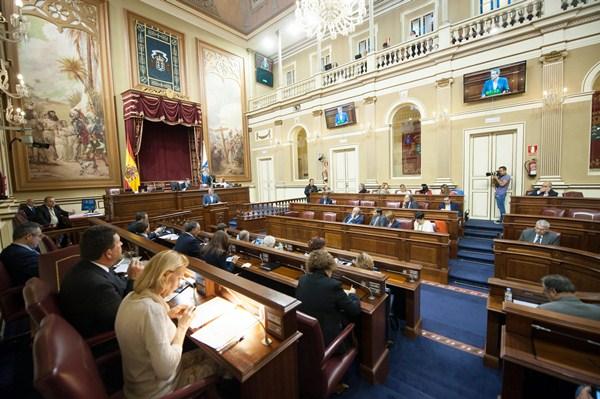 Detalle de la última sesión plenaria del Parlamento de Canarias de la octava legislatura, ayer. / FRAN PALLERO
