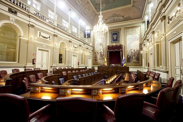 Salón de plenos del Parlamento de Canarias, con 60 escaños a los que optarán en mayo más de noventa candidaturas diferentes. / DA