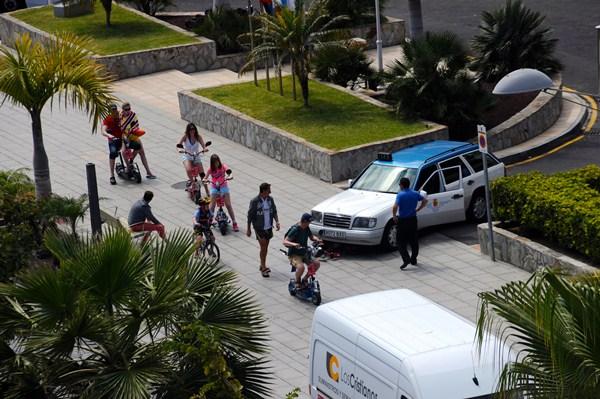 Los patinetes o scooters eléctricos se están apoderando de las aceras de Torviscas, Fañabé y Las Américas. / DA