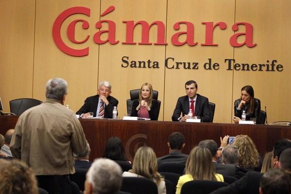 Navarro, ayer, durante la conferencia en la Cámara, junto a García, Domínguez y Tavío. / DA