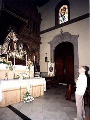 Ángel Acosta contempla la talla de la Virgen en la Peña de Francia. / M.P.P.