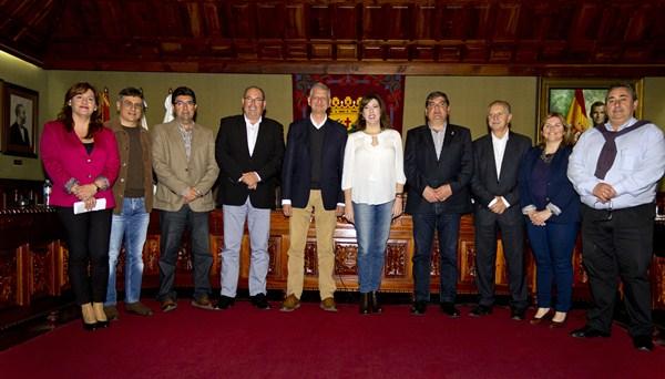Siete alcaldes de la comarca y dos concejales asistieron ayer a la convocatoria en el Salón de Plenos para apoyar el futuro muelle.  / SOFÍA CABRERA