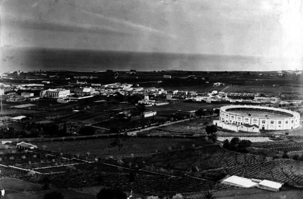 Foto antigua de Santa Cruz con la Plaza de Toros. | DA