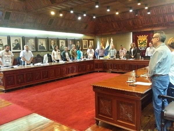 El Pleno hizo un minuto de silencio antes de comenzar en recuerdo del sacerdote Ángel Castro. | DA