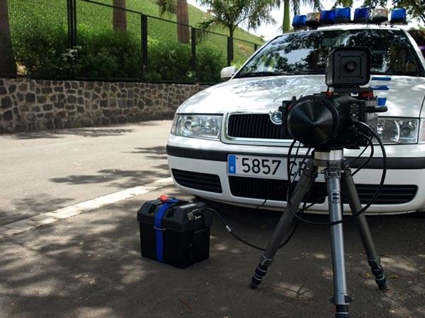 El servicio de radar del grupo de Atestados de la Policía Local de Santa Cruz de Tenerife detectó, entre los días 13 y 20 de abril, a 246 conductores que circulaban por distintas vías del municipio superando la velocidad permitida. / CEDIDA
