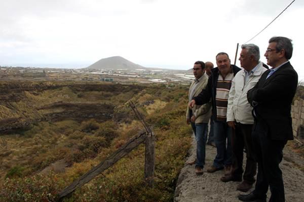 Román Rodríguez, Daniel Díaz y Sixto Alfonso visitaron uno de los hoyos dejados por las areneras. | DA