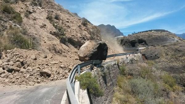 El Servicio de Infraestructura y Obra Pública del Cabildo de La Palma retiró en días pasados una gran roca de unas 30 toneladas que se encontraba en un margen de la carretera LP-1 (circunvalación norte). / DA