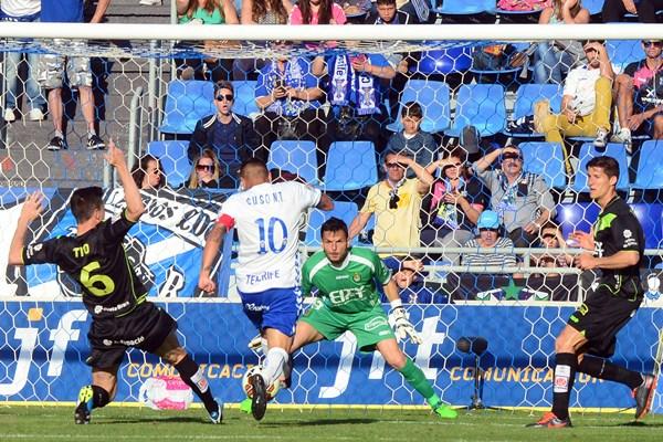 El equipo insular espera mejorar el acierto de cara al gol para acercarse más al triunfo. / SERGIO MÉNDEZ