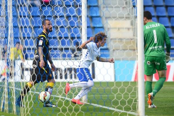 Maxi festejó el gol, pero el colegiado le dio la autoría a Aitor Sanz. / S. M.