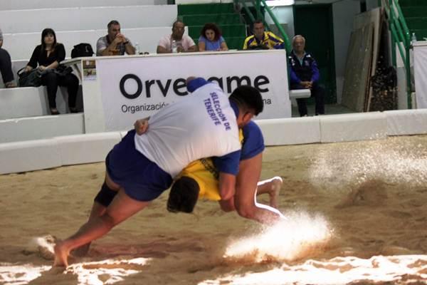Una agarrada de la semifinal que disputaron tinerfeños y grancanarios. | DA
