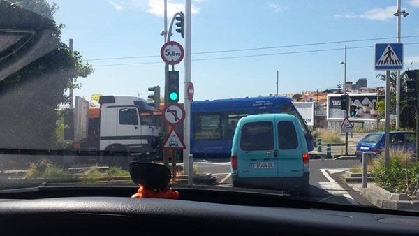 Colisión entre el tranvía y un camión. / NOEMY GONZÁLEZ