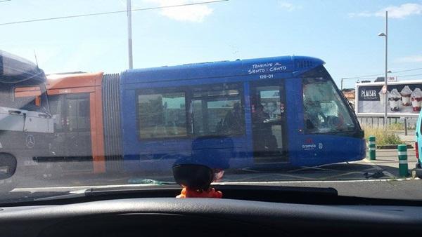 Daños en el tranvía tras la colisión. / NOEMY GONZÁLEZ