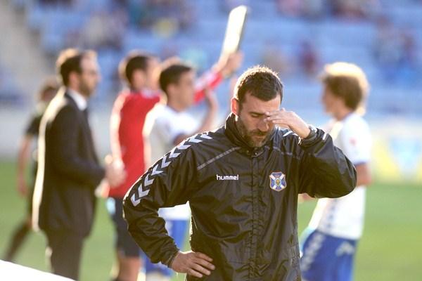 El míster local se lamentó de las muchas oportunidades del gol falladas por su equipo. / S. MÉNDEZ