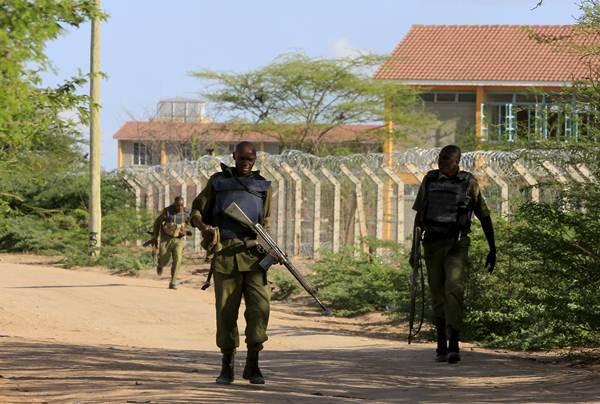 Soldados keniatas caminan por fuera del campus universitario. | REUTERS