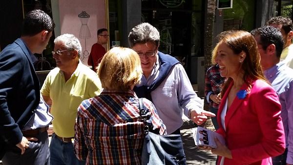 Los candidatos del PP en su recorrido por la zona centro de Santa Cruz. / DA
