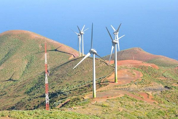 Uno de los pocos parques eólicos que se han instalado en Canarias en más de una década. / DA