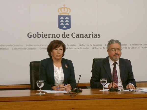 La consejera Inés Rojas, junto al portavoz del Gobierno canario, Martín Marrero, ayer, tras el Consejo. / DA