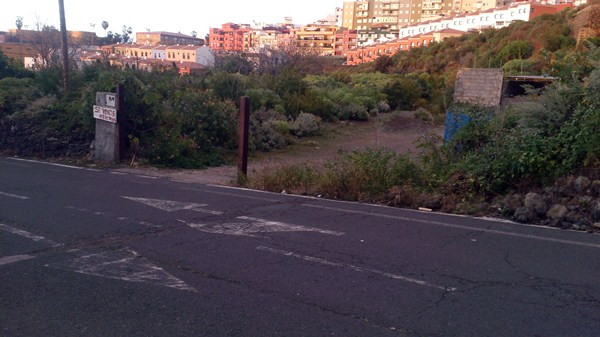 El solar donde se ubicaría el futuro tanatorio está en la calle Cecilio Montes. / DA