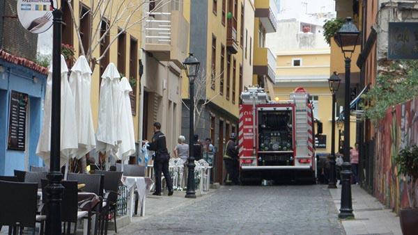 Los bomberos lograron sofocar el fuego, que no pasó de la cocina del restaurante. / SEGUNDO SACRAMENTO