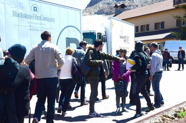 Imagen de la llegada d elos concursantes y el equipo técnico de Masterchef a Las Cañadas. / DA