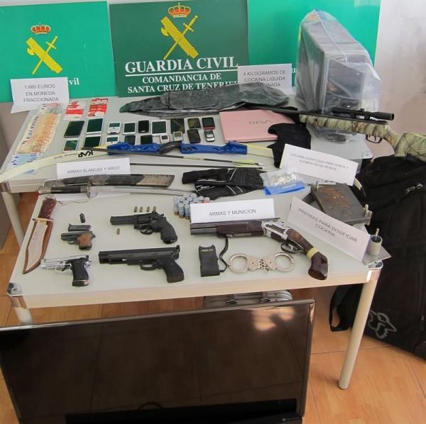 Drogas, armas y demás objetos incautados a los delincuentes. | DA