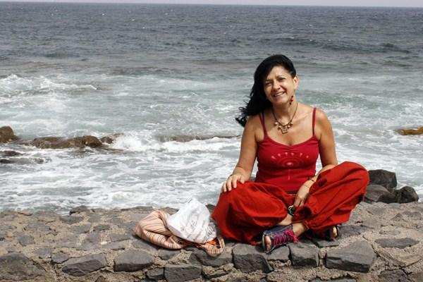 La artista venezolana vive en Bajamar, donde ha encontrado el espacio idóneo para crear. / CANDELARIA TAVÍO