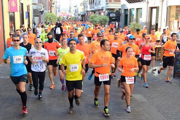 Los corredores emprenden la salida de las dos pruebas largas. / SERGIO MÉNDEZ